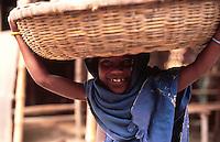 Bangladesh, Dhaka, 26 Januari 1991..Meisje op weg naar de markt met haar waren op haar hoofd...Girl on her way to the market...Photo by Kees Metselaar