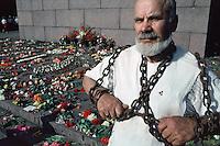 LETTLAND, 23.08.1991.Riga.Zwei Tage nach dem Scheitern des Anti-Gorbatschow-Putsches und der Ausrufung der Unabhaengigkeit versammeln sich die Menschen am zentralen Freiheitsdenkmal. Es ist der Jahrestag des Hitler-Stalin-Paktes von 1939, der das Baltikum der Sowjetunion auslieferte. Traditioneller Kettensprenger..Two days after the collapse of the anti-Gorbachev-coup and the decleration of indepence, people gather around the central liberty monument. It is the anniversary day of the Ribbentrop-Molotov-pact from 1939, which delivered the Baltic countries to the Soviet Union. Traditional chain breaker..© Martin Fejer/EST&OST