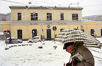 Gennaio 2009, nevicata su Milano. Un signore con ombrello davanti alla Stazione Milano Porta Genova --- January 2009, snowfall in Milan. A person with umbrella passing in front of Milano Porta Genova railway station