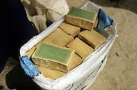 SYRIA, Aleppo, arab sell olive oil soup at market / SYRIEN Aleppo, Araber verkauft Olivenoel Seife auf dem Markt