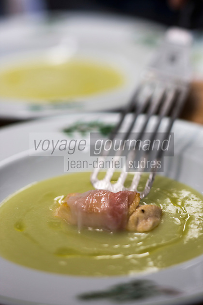 Italie, Val d'Aoste, Morgex: Filet de saumon de fontaine de Morgex, bardé au Lard d'Arnad, sur velouté  de poireaux et pommes de terre du verger. recette d' Agustino Buillas, chef du restaurant: Café Quinson, piazza Pincipe Tomasa  // Italy, Aosta Valley, Morgex: salmon fillet Fountain Morgex, encased in Arnad bacon on creamy leeks and potatoes, Agustin Buillas recipe, chef 's: Café Quinson