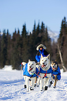 Scott Smith nears the checkpoint on Finger Lake during Iditarod 2007