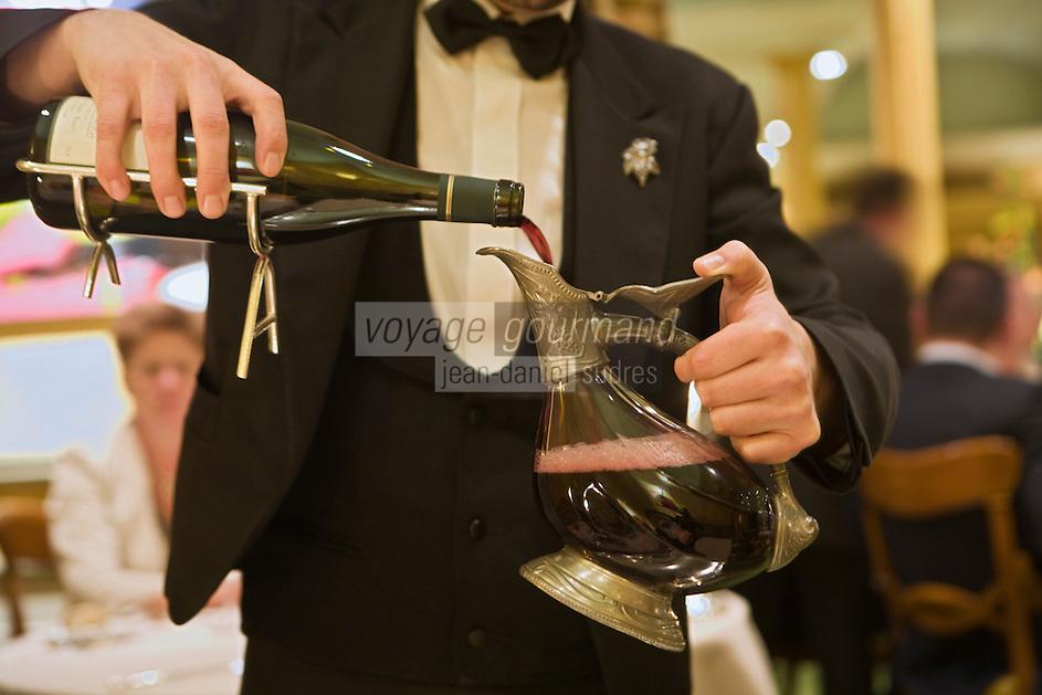 """Europe/France/Rhône-Alpes/38/Isère/ Vienne:  service du vin, passage en carafe   de la côte rôtie de Clusel Roch)Restaurant """"La Pyramide"""" , 14, bd Fernand Point"""