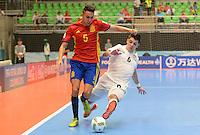 MEDELLIN - COLOMBIA- 21-09-2016: Aicardo (Izq) jugador de España disputa el balón con Leo (Der) jugador de Kazajistán durante partido de octavos de final de la Copa Mundial de Futsal de la FIFA Colombia 2016 jugado en el Coliseo Ivan de Bedout en Medellín, Colombia. /  Aicardo (L) player of Spain fights the ball with Leo (R) player of Kazakhstan during match of the knockout stages of the FIFA Futsal World Cup Colombia 2016 played at Ivan de Bedout coliseum in Medellin, Colombia. Photo: VizzorImage / Leon Monsalve /