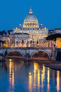 Italy, Lazio, Rome: St Peter's Basilica and the River Tiber and Ponte Sant'Angelo at night   Italien, Latium, Rom: der Petersdom, die Ponte Sant'Angelo und der Tiber am Abend