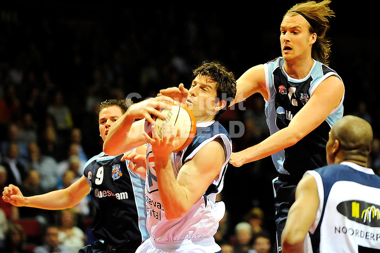 basketbal capitals - bluestreem seizoen 2008-2009  07-04-2009  sebastien bellin onder de basket .fotograaf jan kanning