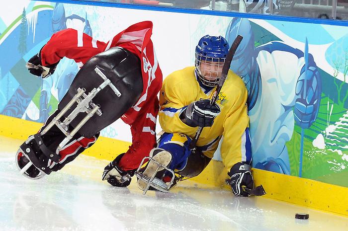 Greg Westlake, Vancouver 2010 - Para Ice Hockey // Para-hockey sure glace.<br /> Team Canada plays against Sweden in Para Ice Hockey action // Équipe Canada joue contre la Suède dans un match de para-hockey sur glace. 14/03/2010.