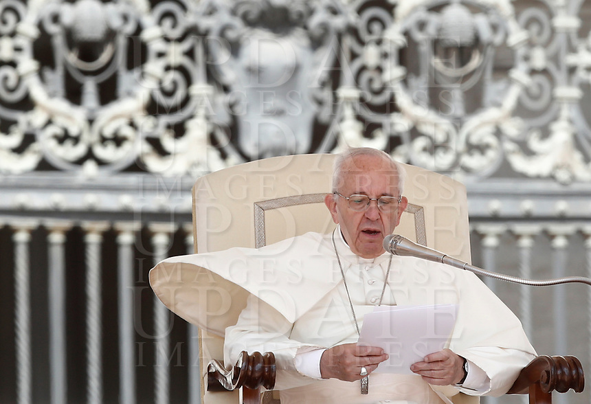 Un soffio di vento solleva la mantellina di Papa Francesco durante la sua udienza generale del mercoledi' in Piazza San Pietro, Citta' del Vaticano, 7 giugno, 2017.<br /> A gust of wind blows Pope Francis' mantle as he speaks during his weekly general audience in Saint Peter's square at the Vatican, on June 7, 2017.<br /> UPDATE IMAGES PRESS/Isabella Bonotto<br /> STRICTLY ONLY FOR EDITORIAL USE