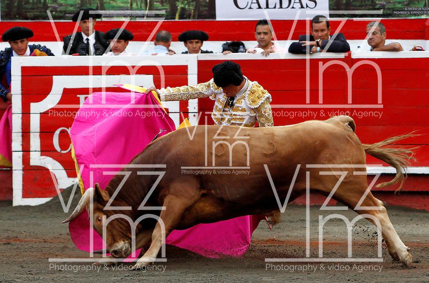 MANIZALES-COLOMBIA. 06-01-2016: Guerrita Chico, lidiando a Gitanillo de 452kg de la ganadería Mondoñedo durante la segunda corrida como parte de la versión número 60 de La Feria de Manizales 2016 que se lleva a cabo entre el 2 y el 10 de enero de 2016 en la ciudad de Manizales, Colombia. / The bullfighter Guerrita Chico, struggling to Gitanillo de 452kg during the second bullfight as part of the 60th version of Manizales Fair 2016 takes place between 2 and 10 January 2016 in the city of Manizales, Colombia. Photo: VizzorImage / Santiago Osorio / Cont