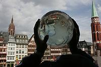 Die Spieler der Frankfurt Galaxy pr‰sentieren den Fans die World Bowl Troph‰e