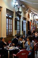 Straßenrestaurant bei der Semana Santa (Karwoche) in Malaga, Andalusien, Spanien