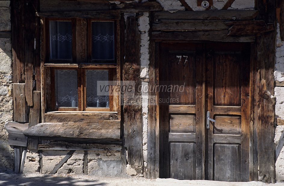 Europe/Turquie/Env d'Altinyata : Habitat traditionnel, détail fenêtre en bois