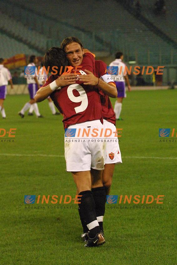 Roma, stadio Olimpico 19 Agosto 2001. Supercoppa Italiana.<br /> Roma - Fiorentina 3-0<br /> Abbraccio Tra Montella e Totti dopo il gol di Montella