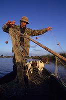 Europe/France/Pays de la Loire/44/Loire-Atlantique/Grande Brière et Marais de Donges et du Brivet : René Moyon guide, pêcheur et chasseur et sa chienne Douai à la pêche