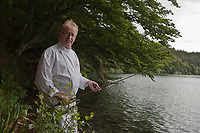 Europe/France/Auverne/63/Puy-de-Dôme/Besse-en-Chandesse:  François Joubert, restaurant: Le Lac Pavin  à la pêche à l'omble chevalier sur le Lac Pavin [Non destiné à un usage publicitaire - Not intended for an advertising use]