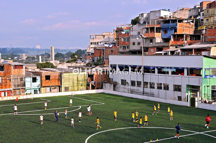 Escolinha de futebol no campo comunitário da Favela da Erundina. Sao Paulo. 2014. Foto de Marcia Minillo.