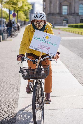 Anlaesslich des Corona-Autogipfel der Bundeskanzlerin mit Vertretern der Autoindustrie am 5. Mai 2020 protestierten Mitglieder von Fridays for Future, der Dienstleistungsgewerkschaft ver.di, campact!, Greenpeace und anderen Umweltorganisationen vor dem Kanzleramt gegen Praemien zum Kaufanreiz fuer Neuwagen. Sie forderten finanzielle Unterstuetzung an eine nachhaltige und sozial gerechte Verkehrspolitik zu koppeln.<br /> Im Bild: Eine Demonstrantin faehrt auf dem Fahrrad zur Kundgebung.<br /> 5.5.2020, Berlin<br /> Copyright: Christian-Ditsch.de<br /> [NUR FUER REDAKTIONELLE ZWECKE! Werbung nur auf Anfrage beim Fotografen. Inhaltsveraendernde Manipulation des Fotos nur nach ausdruecklicher Genehmigung des Fotografen. Vereinbarungen ueber Abtretung von Persoenlichkeitsrechten/Model Release der abgebildeten Person/Personen liegen nicht vor. NO MODEL RELEASE! Don't publish without copyright Christian-Ditsch.de, Veroeffentlichung nur mit Fotografennennung, sowie gegen Honorar, MwSt. und Beleg. Konto: I N G - D i B a, IBAN DE58500105175400192269, BIC INGDDEFFXXX, Kontakt: post@christian-ditsch.de<br /> Bei der Bearbeitung der Dateiinformationen darf die Urheberkennzeichnung in den EXIF- und  IPTC-Daten nicht entfernt werden, diese sind in digitalen Medien nach §95c UrhG rechtlich geschuetzt. Der Urhebervermerk wird gemaess §13 UrhG verlangt.]