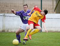Sparta Heester - SV Anzegem : Glenn De Meyer (r) gaat op de voet van Arne Van Nieuwenhuyse (l) staan<br /> foto VDB / BART VANDENBROUCKE