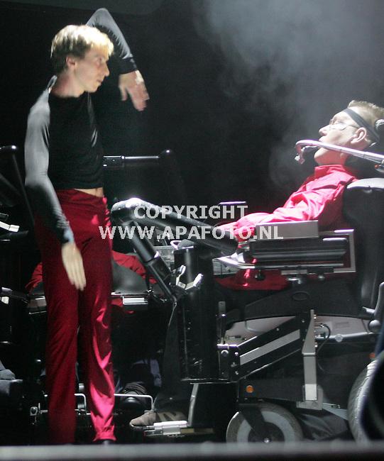 Arnhem, 141105<br />ROBOTARMENBALLET<br />Jubileumvoorstelling van Rock en Rolstoel Productie in Musis Sacrum. Onderdeel hiervan is Bionic Art - Het Duel, een stuk voor vier rolstoelers en een Introdanser (Gaetan Chailly) onder choreografie van Adriaan Luteijn van Introdans. Meer info: www.rockenrolstoel.nl.<br />Foto: Sjef Prins - APA Foto