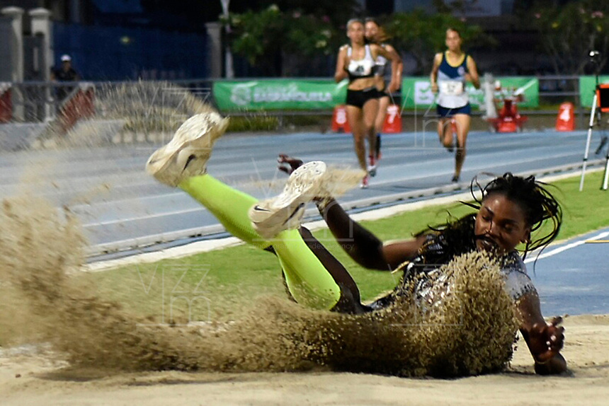 BARRANQUILLA-COLOMBIA, 18-05-2018: En el Grand Prix de Barranquilla, Caterine Ibargüen logró un cupo a Tokio 2020. Con un salto de 14'38'' la campeona mundial y medallista olímpica, Caterin Ibargüen, logró un cupo a Tokio 2020 y al mundial de atletismo que se realizará en  Doha (Catar) del 28 de septiembre al 6 de octubre de este año, durante el Grand Prix en el estadio Rafael Cotes de Barranquilla. /  At the Barranquilla Grand Prix, Caterpillar Ibargüen for a Tokyo 2020. With a jump of 14'38 '' the world champion and Olympic medalist, Caterin Ibargüen, a quota of Tokyo 2020 and the world athletics that is expected in Doha (Qatar ) from September 28 to October 6 of this year, during the Grand Prize at the Rafael Cotes Stadium in Barranquilla. Photo: VizzorImage / Alfonso Cervantes / STR