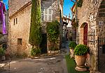 Frankreich, Provence-Alpes-Côte d'Azur, Mougins: Altstadtgasse | France, Provence-Alpes-Côte d'Azur, Mougins: old town lane