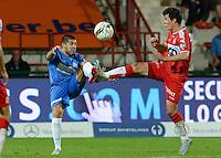 KV Kortrijk - KRC Genk : duel tussen Gertjan De Mets (r) en Alejandro Pozuelo (links) <br /> Foto VDB / Bart Vandenbroucke