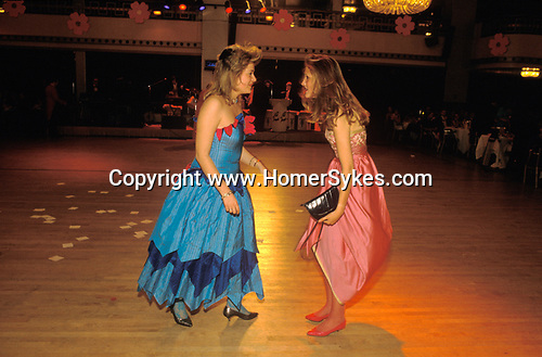 Mayfair, London. 1986<br /> Two young debs discuss their deb's delight at the Rose Ball held at the Dorchester Hotel in Park Lane. One of the remaining vestiges of the traditional London Season; where daughters of the British aristocracy were launched into London society.  The Ball is in aid of the Alexandra Rose Day charity, named after Queen Alexandra Consort of Edward VII.
