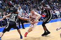 Janis Strelnieks (Brose Baskets Bamberg) gegen Shavon Shields (Fraport Skyliners) und Mike Morrison (Fraport Skyliners) - 12.02.2017: Fraport Skyliners vs. Brose Baskets Bamberg, Fraport Arena Frankfurt