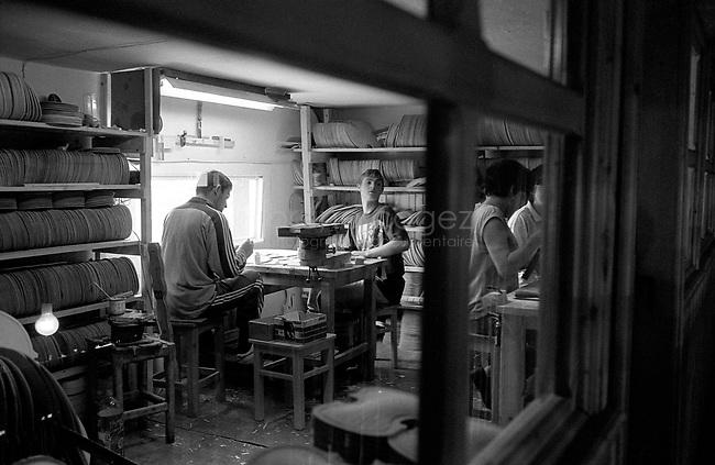 ROMANIA, Reghin, MArch 2000..Violin factory..ROUMANIE, Regin, Mars 2000..Fabrique de violons..© Bruno Cogez