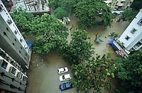 INDIA, Mumbai, Bombay, heavy monsoon rains flood the streets / INDIEN, Mumbai, schwere Monsun Regen ueberfluten die Strassen in Apartment Siedlung