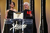 Pedro Almodovar et Juliette Binoche annoncent la PALM D OR, soixante-dixième (70ème) Festival du Film à Cannes, Palais des Festivals et des Congres, Cannes, Sud de la France, dimanche 28 mai 2017. # LES LAUREATS DU 70 EME FESTIVAL DE CANNES - INTERIEUR