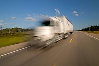 Trans Kanada: AMERIKA, KANADA,  17.08.2006: Transcanada Highway, Transkanada, TC1, die laengste Strasse der Erde, Transkontinental, von West nach Ost, von Ost nach West, vom Pazifik zum Atlantik,  oft ist der Transcanada Highway nur zweispurig,  unfalltraechtig, gefaehrlich, lebensgefaehrlich, LKW auf der Gegenspur, Geschwindigkeit, Schnell, verwaschen, verwischt, Fahrtwind,  Lastkraftwagen, Strassen, Highway, Verkehrsverbindung, Verkehrsader, Verkehrsadern, Verbindung, Verbindungen, East, Osten, Himmelsrichtung, Richtung, Richtungen, Strassenrand, LKW, Lastwagen, Truck, Sonnenschein, sonnig, Himmel, blau, Landschaften, Landschaft, Reise, Reisen, Verkehr, befahren, Fahren, fahrend, Bewegung, Unschaerfe, unscharf, Fortbewegung, weit, Weite, Transport, Transporte, Logistik, symbolisch, Symbol, .c o p y r i g h t : A U F W I N D - L U F T B I L D E R . de.G e r t r u d - B a e u m e r - S t i e g  1 0 2,  .2 1 0 3 5  H a m b u r g ,  G e r m a n y.P h o n e  + 4 9  (0) 1 7 1 - 6 8 6 6 0 6 9 .E m a i l      H w e i 1 @ a o l . c o m.w w w . a u f w i n d - l u f t b i l d e r . d e.K o n t o : P o s t b a n k    H a m b u r g .B l z : 2 0 0 1 0 0 2 0  .K o n t o : 5 8 3 6 5 7 2 0 9.C  o p y r i g h t   n u r   f u e r   j o u r n a l i s t i s c h  Z w e c k e, keine  P e r s o e n  l i c h ke i t s r e c h t e   v o r  h a n d e n,  V e r o e f f e n t l i c h u n g  n u r    m i t  H o n o r a  n a c h  MFM, N a m e n s n e n n u n g und B e l e g e x e m p l a r !...