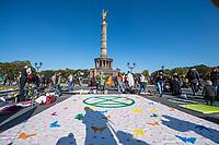 """Mehrere tausend Menschen blockierten am Montag den 7. Oktober 2019 in Berlin die Verkehrsknotenpunkte Grosser Stern und Potsdamer Platz. Sie folgten damit einem Aufruf der Bewegung """"Extinction Rebellion"""" (""""Aufstand gegen das Aussterben""""). Aktionen von Extinction Rebellion fanden an diesem Tag weltweit statt. Damit soll gegen die zu schwachen Aktivitaeten der Regierungen gegen den Klimawandel protestiert werden.<br /> Im Bild: Die Blockade am Grossen Stern.<br /> 7.10.2019, Berlin<br /> Copyright: Christian-Ditsch.de<br /> [Inhaltsveraendernde Manipulation des Fotos nur nach ausdruecklicher Genehmigung des Fotografen. Vereinbarungen ueber Abtretung von Persoenlichkeitsrechten/Model Release der abgebildeten Person/Personen liegen nicht vor. NO MODEL RELEASE! Nur fuer Redaktionelle Zwecke. Don't publish without copyright Christian-Ditsch.de, Veroeffentlichung nur mit Fotografennennung, sowie gegen Honorar, MwSt. und Beleg. Konto: I N G - D i B a, IBAN DE58500105175400192269, BIC INGDDEFFXXX, Kontakt: post@christian-ditsch.de<br /> Bei der Bearbeitung der Dateiinformationen darf die Urheberkennzeichnung in den EXIF- und  IPTC-Daten nicht entfernt werden, diese sind in digitalen Medien nach §95c UrhG rechtlich geschuetzt. Der Urhebervermerk wird gemaess §13 UrhG verlangt.]"""