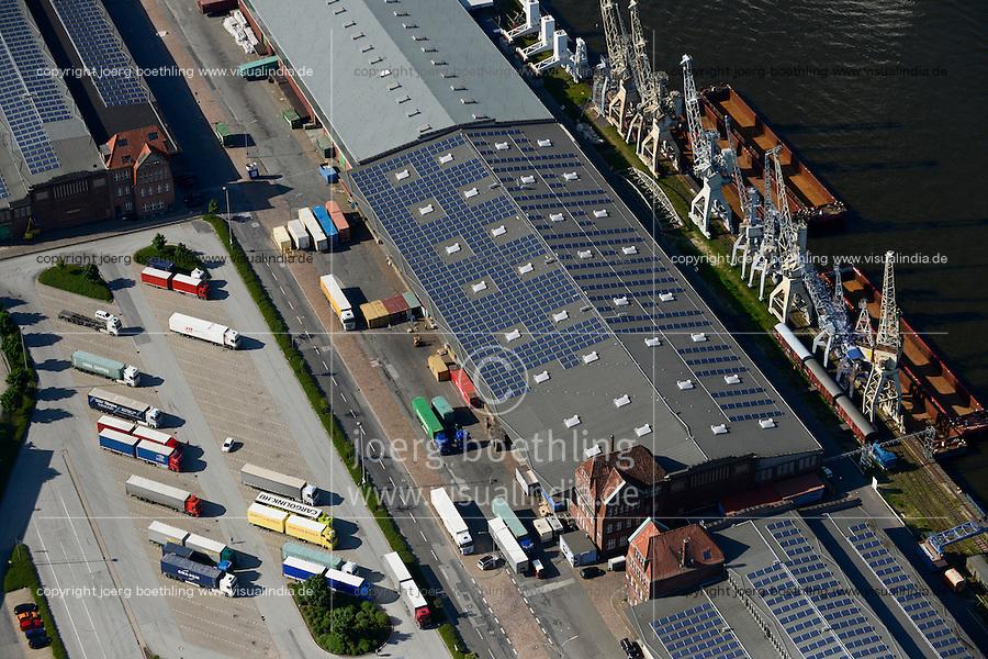 DEUTSCHLAND Hamburgs groesste  Photovoltaik Anlage auf dem Kaischuppen 50-52 im Hamburger Hafen, Betreiber ist der staedtische Energieversorger Hamburg Energie, die 30.000 Quadratmeter Dachflaeche werden von Stiftung Hamburg Maritim gepachtet<br />  / <br /> GERMANY Hamburg, photovoltaic panel of company Hamburg Energy on roof of harbour store building No. 50-52