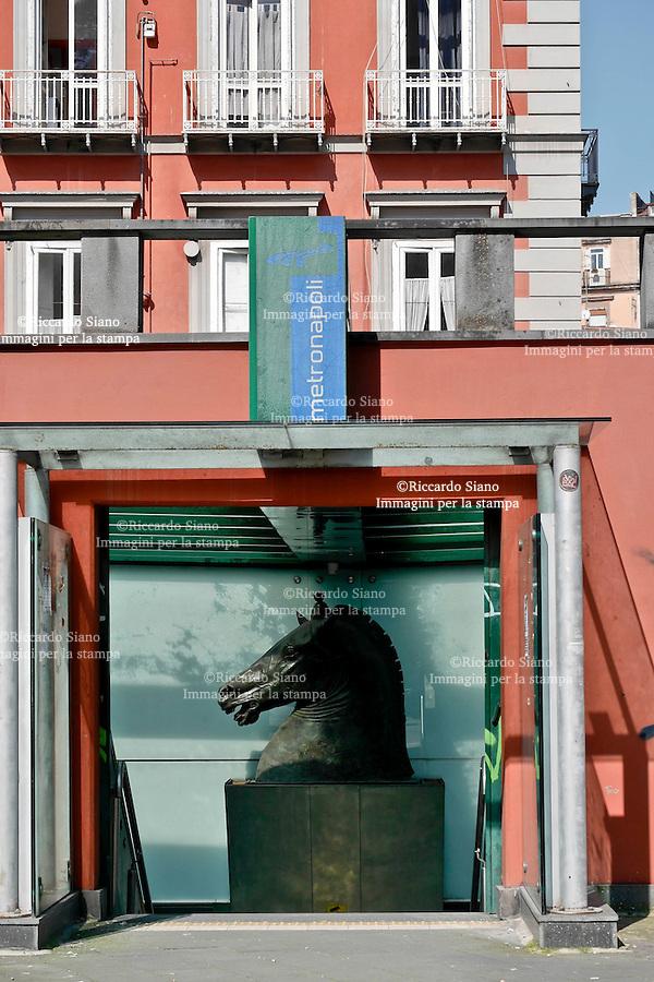 - NAPOLI 1 MAR  2014 -  metropolitana piazza cavour ingresso