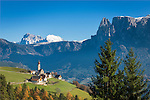 Italy, Alto Adige - Trentino (South Tyrol), Renon: view across village Monte di Mezzo with church St. Nikolaus (built 1200) towards the Dolomites with Sassolungo (Langkofel), Sasso Piatto (Plattkofel) and Sciliar (Schlern) mountains | Italien, Suedtirol (Alto Adige-Trentino), Ritten: Blick ueber Mittelberg am Ritten mit der St. Nikolauskirche (erbaut um 1200) in die Dolomiten mit Langkofel, Plattkofel und dem Schlern (rechts)