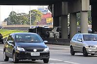 SAO BERNARDO DO CAMPO., SP, 05 MARCO 2013 -ACIDENTE CAMINHAO- Um caminhao cegonheira carregado com carros tombou na madrugada no Km 18 da Rodovia Anchieta sentido Santos so o motorista ficou ferido(FOTO: ADRIANO LIMA / BRAZIL PHOTO PRESS).
