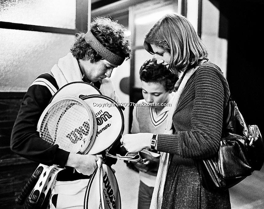 1979, ABN Tennis Toernooi, John McEnroe  zet handtekeningen
