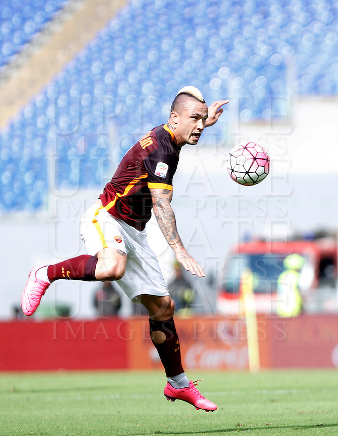 Calcio, Serie A: Roma vs Sassuolo. Roma, stadio Olimpico, 20 settembre 2015.<br /> Roma's Radja Nainggolan in action during the Italian Serie A football match between Roma and Sassuolo at Rome's Olympic stadium, 20 September 2015.<br /> UPDATE IMAGES PRESS/Isabella Bonotto
