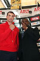 Stare-Down zwischen Weltmeister Wladimir Klitschko (UKR) und Herausforderer Samuel Peter (NIG)