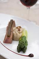 Europe/France/Languedoc-Roussillon/30/Gard / Collias : Longuet  de veau  fermier d'aveyron,asperge verte,écume de morille recette de Jérôme Nutile  chef du restaurant Le Castellas,