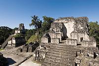 Tikal Nationalpark , Maya Tempel Plaza Mayor mit nördlicher Akropolis, GuatemalaUnesco-Weltkulturerbe