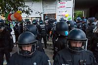 Am Pfingstsonntag den 20. Mai 2018, wurden in Berlin mehrere Haeuser besetzt. Mit dieser Aktion wollten die Besetzer ein Zeichen gegen Verdraengung und Wohnungsnot setzen. Um 21 Uhr raeumte die Polizei zeitgleich in den Bezirken Kreuzberg und Neukoelln die Besetzungen, nachdem auf Druck des Senat die landeseigenen und privaten Eigentuemer Strafantrag und ein schriftliches Raeumungsbegehren gestellt hatten.<br /> Im Bezirk Kreuzberg wurde in der Reichenbergerstrasse ein seit vielen Jahren leer stehender Ladenraum besetzt. Die Besetzer wollten in den Raeumen einen Stadtteilladen einrichten. Bei der Raeumung wurden mehrere Personen durch Tritte und Schlaege von Polizeibeamten und durch den Einsatz von Pfefferspray verletzt.<br /> Im Bezirk Kreuzberg wurde in der Reichenbergerstrasse 114 ein seit vielen Jahren leer stehender Ladenraum besetzt. Die Besetzer wollten in den Raeumen einen Stadtteilladen einrichten. Bei der Raeumung wurden mehrere Personen durch Tritte und Schlaege von Polizeibeamten und durch den Einsatz von Pfefferspray verletzt.<br /> Besitzer der Reichenbergerstrasse 114 ist die , der Akelius GmbH.<br /> Im Bild: Ein Polizeibeamter versucht vergeblich die Glastuer des besetzten Laden einzutreten.<br /> 20.5.2018, Berlin<br /> Copyright: Christian-Ditsch.de<br /> [Inhaltsveraendernde Manipulation des Fotos nur nach ausdruecklicher Genehmigung des Fotografen. Vereinbarungen ueber Abtretung von Persoenlichkeitsrechten/Model Release der abgebildeten Person/Personen liegen nicht vor. NO MODEL RELEASE! Nur fuer Redaktionelle Zwecke. Don't publish without copyright Christian-Ditsch.de, Veroeffentlichung nur mit Fotografennennung, sowie gegen Honorar, MwSt. und Beleg. Konto: I N G - D i B a, IBAN DE58500105175400192269, BIC INGDDEFFXXX, Kontakt: post@christian-ditsch.de<br /> Bei der Bearbeitung der Dateiinformationen darf die Urheberkennzeichnung in den EXIF- und  IPTC-Daten nicht entfernt werden, diese sind in digitalen Medien nach §95c UrhG rechtlich geschuet