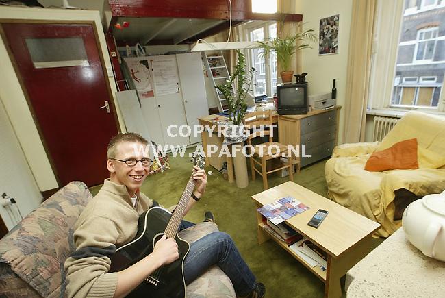 Nijmegen, 240103<br />John in zijn studentenkamer(tje). In de ruimte achter zijn bureau/onder de hoogslaper treden straks twee cabaratiers op. <br />Foto: Sjef Prins-APA Foto