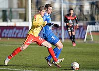 FC Knokke - OMS Ingelmunster : duel tussen Yoshi Verbrugge (links) en Jorgo Waeghe (r)<br /> Foto VDB / Bart Vandenbroucke