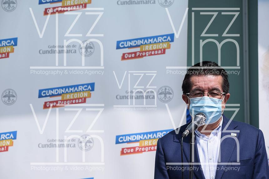 BOGOTA - COLOMBIA, 18-02-2021: Fernando Ruiz, ministro de salud de Colombia durante la primera jornada de vacunación contra el COVID-19 (Coronavirus) que se llevo a cabo en la clínica Colombia en la ciudad de Bogotá. Son las primeras 50.000 vacunas de la farmacéutica Pfizer y que representan un 0.08% de las requeridas en Colombia fueron distribuidas en diferentes ciudades del país para comienzan su aplicación en personal de la salud que son los más expuestos al contagio del Coronavirus. / fernando Ruiz health minister of Colombia during the first day of vaccination against COVID-19 (Coronavirus) that took place at the Colombia clinic in the city of Bogotá. They are the first 50,000 vaccines from the pharmaceutical company Pfizer that represent 0.08% of those required in Colombia and were distributed in different cities of the country to begin their application in health personnel who are the most exposed to the contagion of the Coronavirus. Photo: VizzorImage / Johan Rugeles / Cont