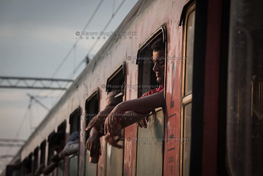 migranti al finestrino di un treno <br /> migrants to the window of a train