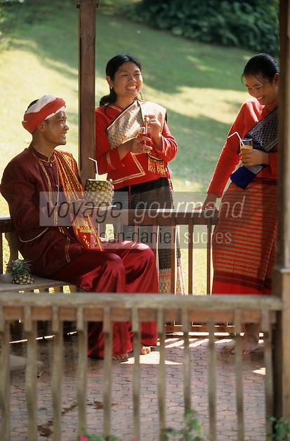 """Asie/Thaïlande/Env de Chiang Mai : Réception à la """"Mae Sa Valley Resort"""" - Apéritif dans le jardin avec Mlle Tuene Jai et Mr Anucha"""