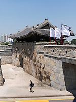Nordtor Hwaseomun der Festung von Suwon, Provinz Gyeonggi-do, Südkorea, Asien, Unesco-Weltkulturerbe<br /> northgate Hwaseomun of fortress Hwaseong, Suwon, Province Gyeonggi-do, South Korea Asia, UNESCO World-heritage