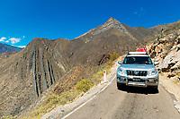 Geländewagen in schmaler Straße beim Überqueren der zentralen Kordillere (Cordillera Central), Provinz Cajamarca, Peru, Südamerika